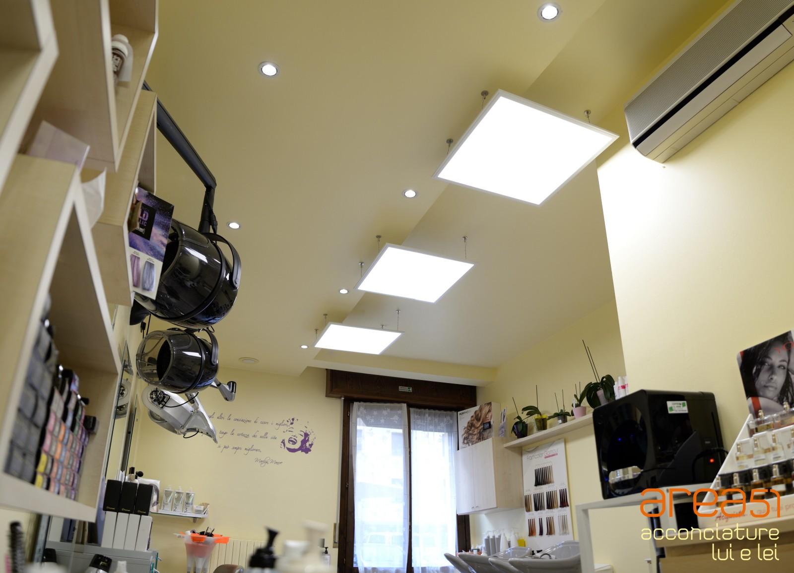 Illuminazione per parrucchieri come arredare un negozio for Prisma arredo negozi